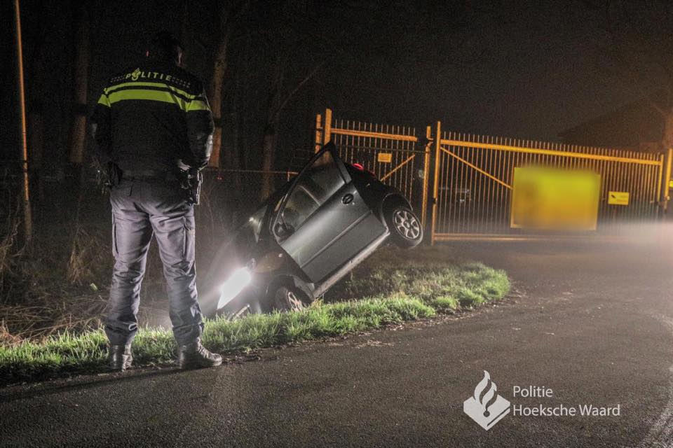 56a3a12334e being human fb Automobilist ramt hek en belandt in sloot