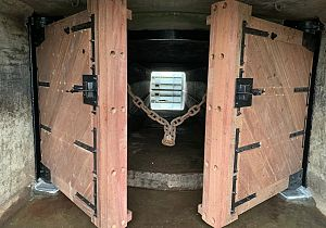 Nieuwe deuren voor de sluizen in de dijk bij Lorregat