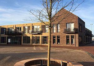 Mevrouw Sterk-van der Straaten schenkt boom Van der Straatenplein Mijnsheerenland
