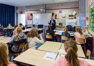 Burgemeester Luteijn geeft gastles aan groep 8 leerlingen