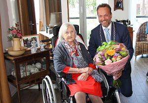 Mevrouw Van Dam-Reym uit Puttershoek viert 100e verjaardag