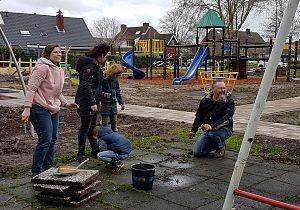 Wethouders Gemeente Hoeksche Waard steken handen uit de mouwen tijdens NL Doet