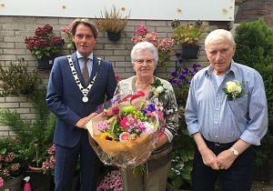 Echtpaar De Vos uit Oud-Beijerland 60 jaar getrouwd