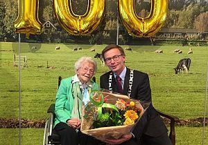 Mevrouw Kersten - den Tuinder mag 100 kaarsjes uitblazen