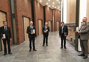 Locoburgemeester Huibert Steen neemt boek over 160 jaar kerkgeschiedenis in ontvangst