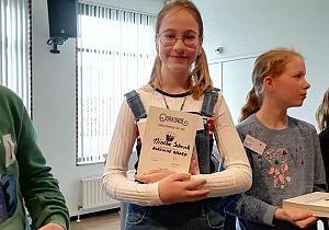 Ninthe Schenk uit Klaaswaal voorleeskampioen van de Hoeksche Waard