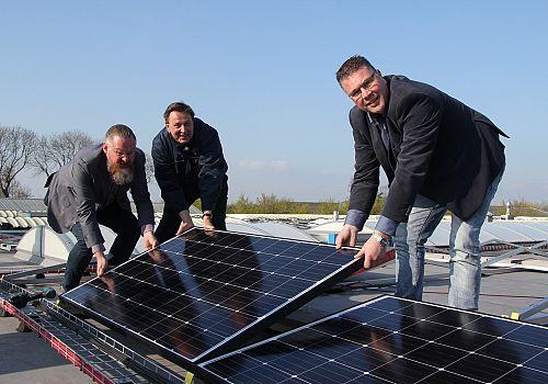 Eerste zonnepaneel op dak van Van Gemeren Mechanisatie B.V.