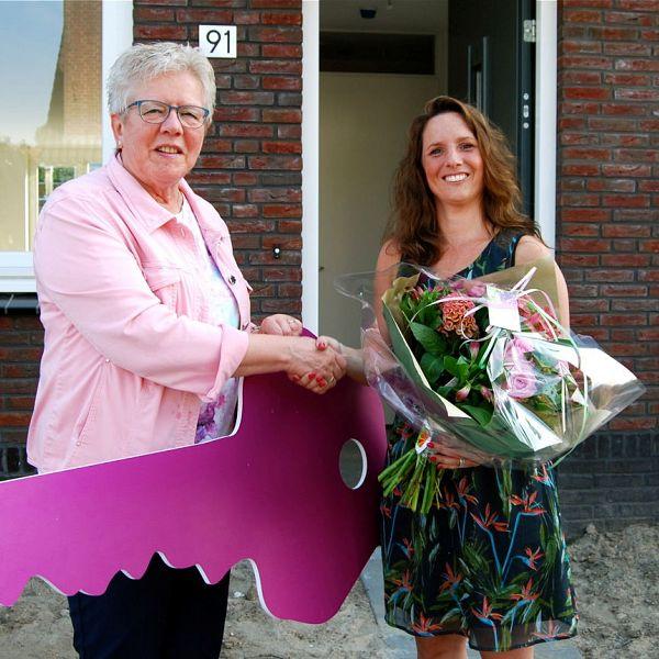 Eerste sleutel uitgereikt aan bewoonster nieuwbouwRoodenburg Vermaatstraat