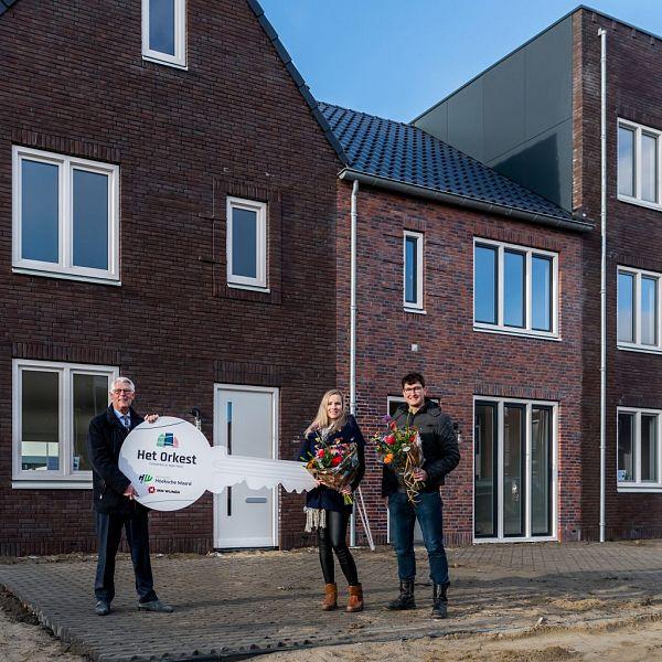 Eerste sleutel overhandigd van unieke woning in Het Orkest in Oud-Beijerland